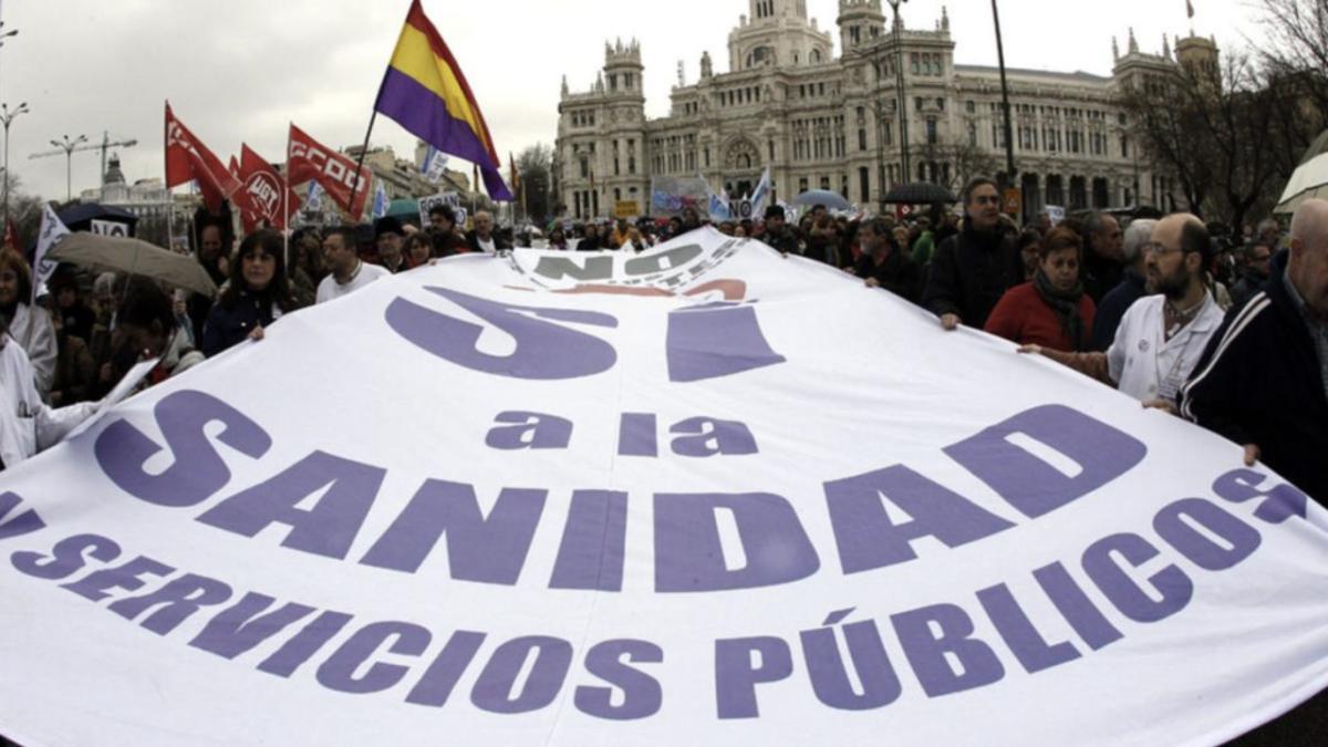 """Marea Blanca se lanza a la calle contra las """"políticas privatizadoras"""" de Ayuso y Aguado"""