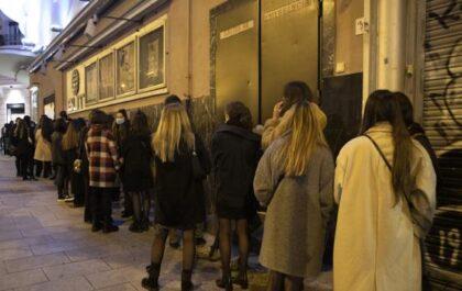 Denuncian las largas colas en el Teatro Barceló un día después de la polémica fiesta